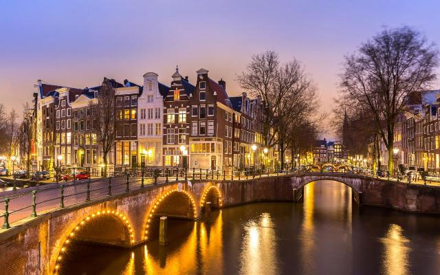 Amsterdam-overview-canalnighttime-xlarge